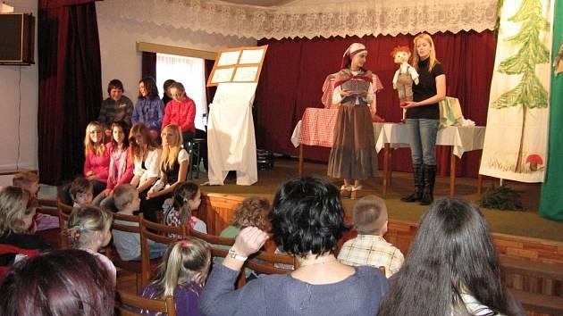 Malí diváci pomohli hercům zachraňovat Budulínka.