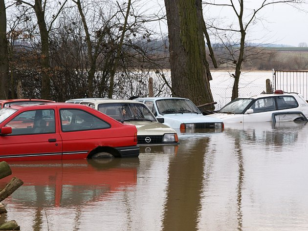 Voda zaplavuje silnici mezi Vejvanovicemi a Dvakačovicemi.