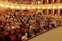 Chrudimská beseda vypravila speciální rychlík na mimořádné přímé vlakové lince Chrudim - Praha na představení představení Naši furianti v Národním divadle v Praze.