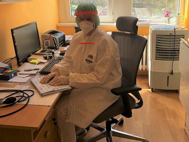 Roušky lidé klékaři stále nosí, ikdyž to není povinné.