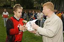 Pohár pro vítěze předává kapitánovi Svratouchu Martin Jirásek, člen STK OFS Chrudim.
