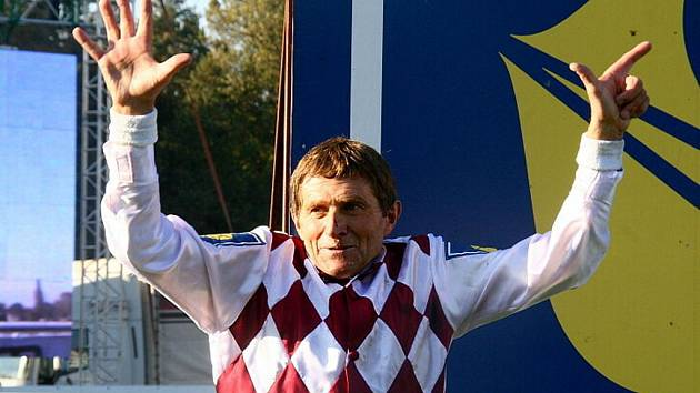 Fenomenální žokej a dostihový trenér Josef Váňa vyhrál po sedmé Velkou pardubickou.