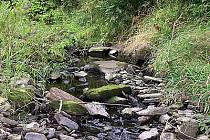Přes splav v Zaječicích se obvykle valí voda, nyní zde však přejdete suchou nohou.