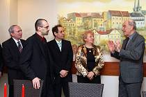 Rektorka gastronomické školy v mexickém Monterrey Ana María Muňiz se musela z jednání  v chrudimské Hotelové škole Bohemia omluvit kvůli chřipce.Školu však navštívil bývalý velvyslanec České republiky René Hanousek.