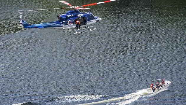 Vrtulník Bell 412 létal nad Sečskou přehradou.