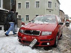Co dokáže mokrý sníh. Poškozený automobil od sněhové laviny v Komenského ulici v Hlinsku.