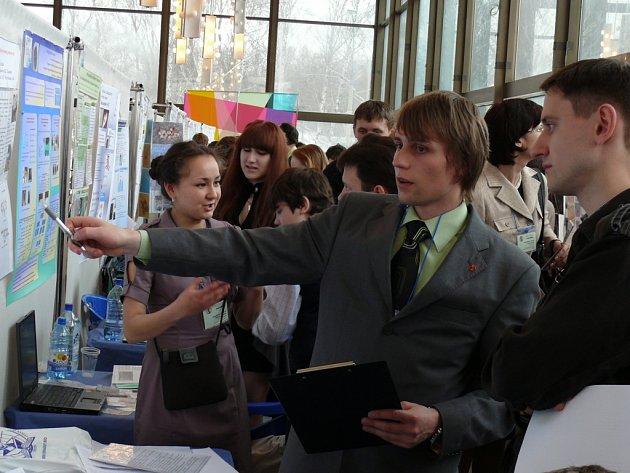 Osmnáctiletý Jan Hrabovský při prezentaci svého projektu během prvního kola Vernadského soutěže v ruském hlavním městě.