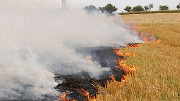 Požár strniště u Topole.