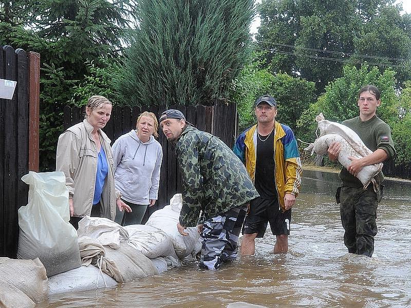 Obyvatelé Zaječic bojují s lokálními záplavami způsobenými přívalovými dešti stavbou zábran.