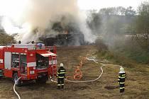 Požár stohu mezi Dobrou Vodou a Bašnicemi.