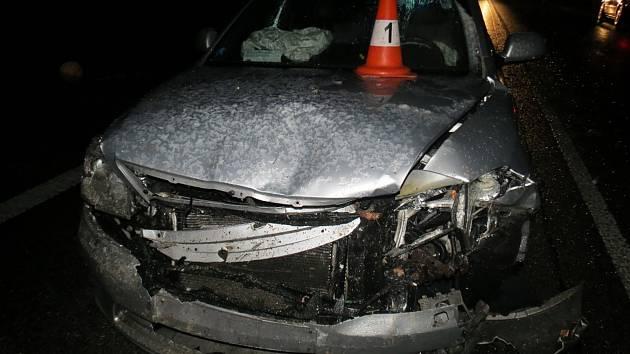 Vzrostlý strom spadl v kopci řidiči přímo před auto. Ten neměl šanci včas zareagovat.
