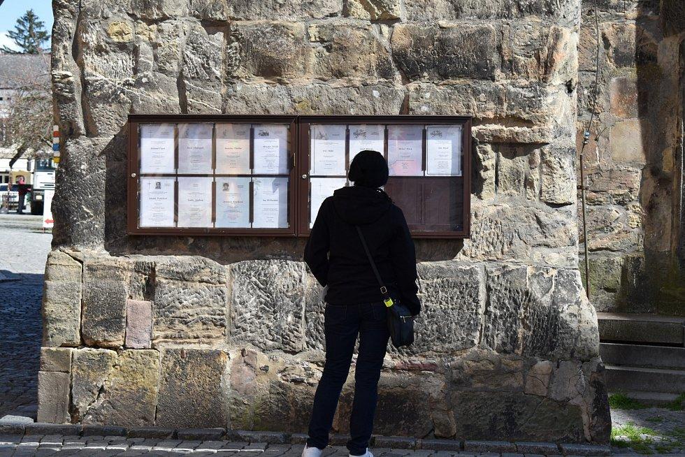 Z Valdické brány je výhled do širokého okolí, tvoří předěl průchodem ze Žižkova náměstí na Valdštejnovo. U paty stavby je umístěna vývěska pohřební služby, vyvěšená parte zesnulých jsou veřejností velmi sledována.