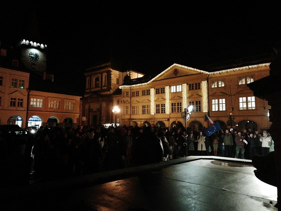 Více než sto lidí se sešlo v pondělí večer na jičínském Valdštejnově náměstí. Demonstranti po celé republice stále požadují demisi premiéra Andreje Babiše.