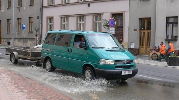 Havlíčkovou ulicí se od kruhového objezdu valí voda.