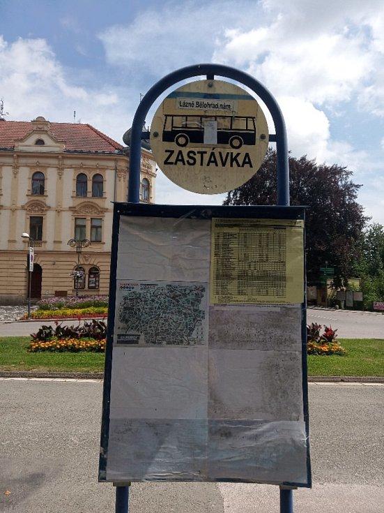Ostudy Lázní Bělohrad, nevzhlední informační cedule.
