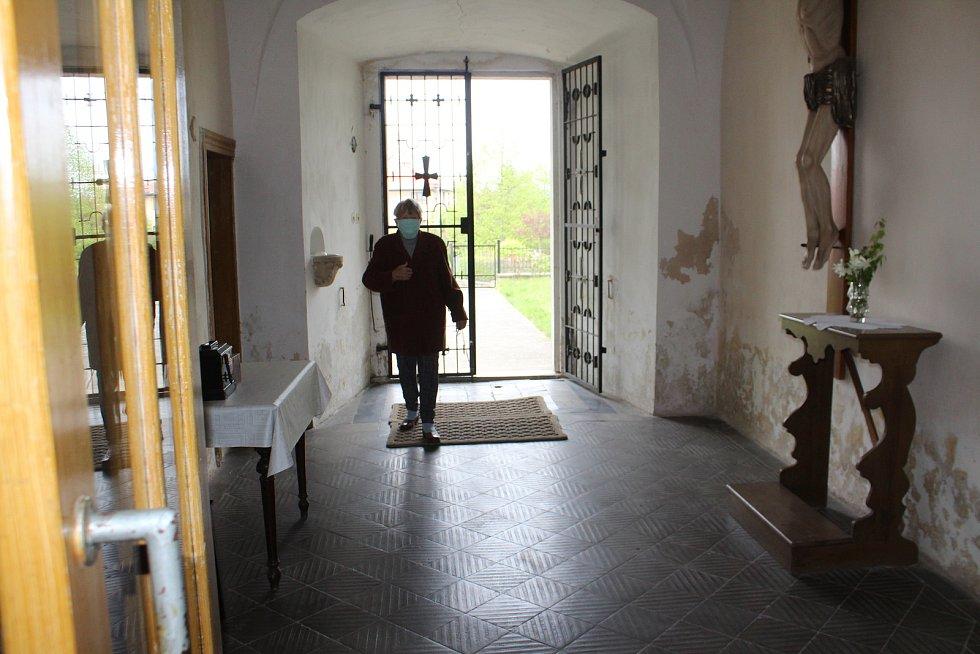 V radimském kostele se uskutečnila první mše po uvolnění restriktivních opatření kvůli pandemii Covid-19. Sloužil ji v roušce farář Josef Kordík, přišlo patnáct věřících.