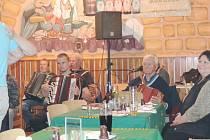 Ze samšinské restaurace za hudby Srazilky.