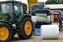 V České republice jsou pouze dva stroje na balení kukuřice, jeden vlastní farmář v Sobotce.
