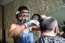 Po omezení dnes znovu otevřeli kadeřnictví za přísných hygienických opatření. Kadeřnice musí mít roušku a štít, po každém klientovi pak desinfikovat prostor.
