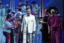 Opera Válka s mloky – Richard Haan v roli Oliviera Lascotta, delegáta Salamander Syndicate.