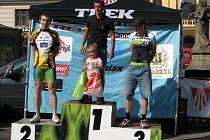 Stupně vítězů na lomnickém náměstí. Druhý a třetí stupínek s novopackými cyklisty Vágenknechtem a Polmanem.