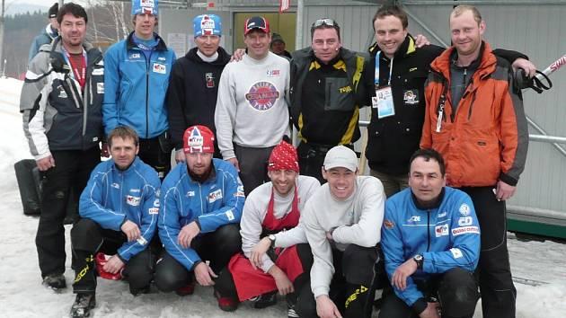Na společném snímku dobrovolníci s vedoucím servisu reprezentace Janem Pešinou  a trenérem Miroslavem Petráskem.
