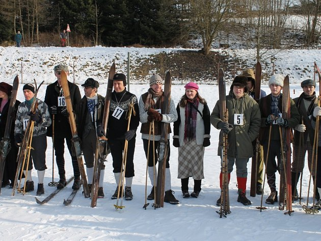 NA ÚVOD ZÁVODU zazněla hymna lyžařů. Závodníci též přísahali, že pokud na trati doženou toho, kdo se lopotí před nimi, musí nejprve slušně poprosit, aby uhnul. Teprve potom ho mohou srazit.