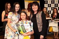 Vyhlášení prvního místa kategorie 9 - 14 let, patronka soutěže Kamila Nývltová, vítězka Táňa Zatloukalová a poslankyně PS Soňa Marková.