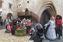 Na Starých Hradech se při prohlídce baví děti i dospělí.