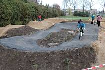 Dráha pro cyklisty ještě s asfaltovým povrchem, který již byl odstraněn.