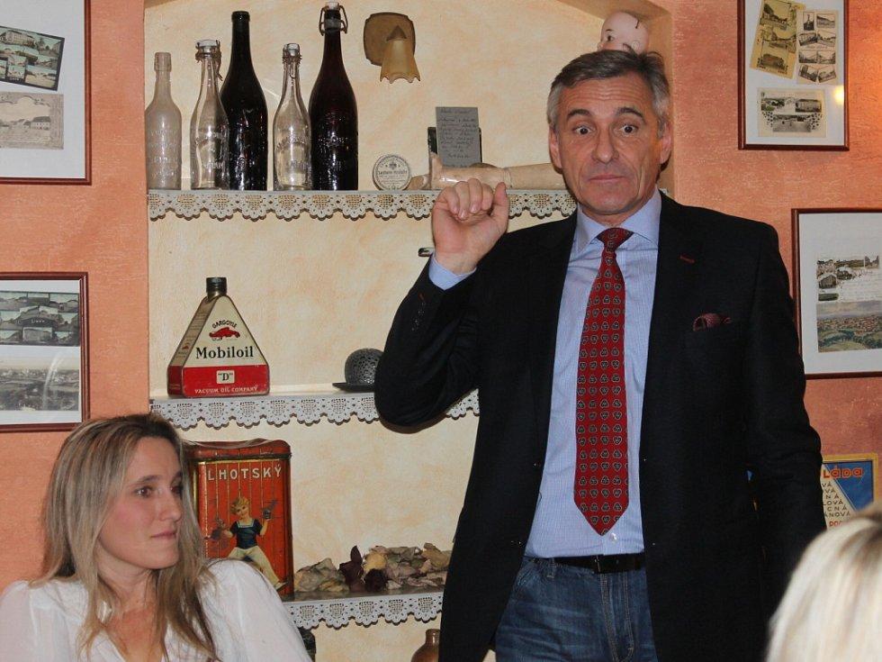 Herec Jan Čenský v libáňské cukrárně.