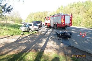 Motorkář narazil do auta, záchranáři ho resuscitovali.