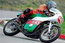 Jezdec hořického FS Racing Ondřej Kopecký na motocyklu Benelli 350.