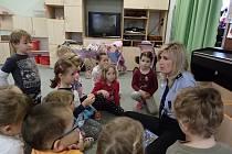 Děti z jičínské MŠ Máj se dozvídají od policistky důležité informace.