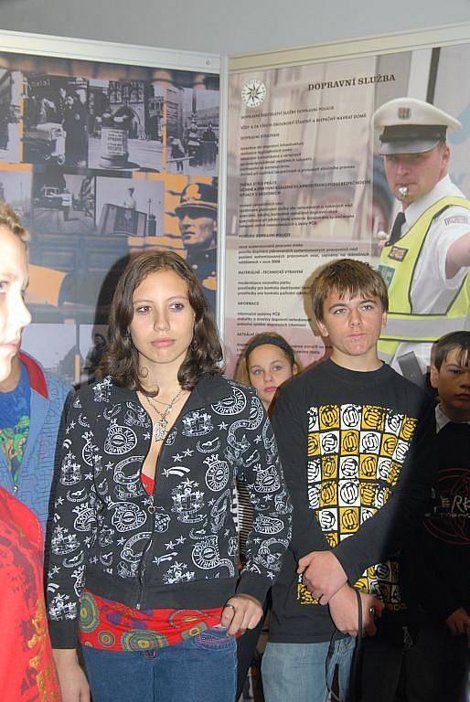 V jičínské knihovně se uskutečnila beseda s policisty.