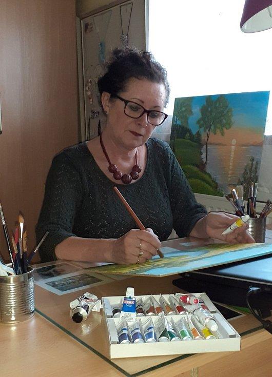 Výtvarnice Aranka Novotná ze Železnice se vedle výroby šperků a módních doplňků našla i v tvorbě plastik a malování obrazů.