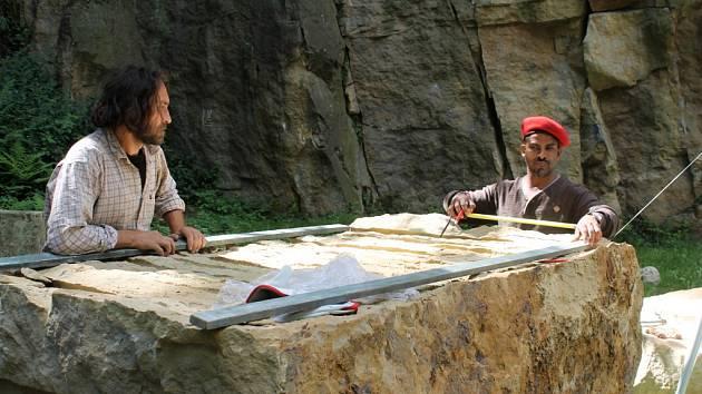 Sochaři začínají v rámci sympozia pracovat v hořickém lomu sv. Josefa.