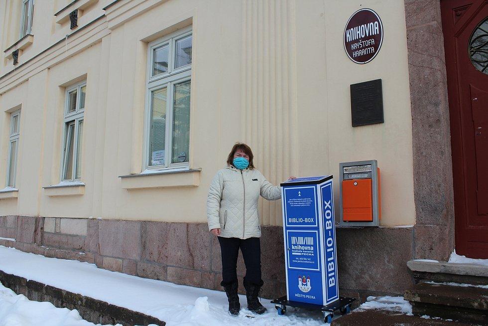 Peckovská knihovnice  Lenka  Knapová vozí v době covidu knihy za čtenáři. Před knihovnou také nově nainstalovala  první bibliobox v regionu, slouží jako schránka na vypůjčené knihy.