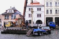 Transport novopackého morového sloupu k restaurování.