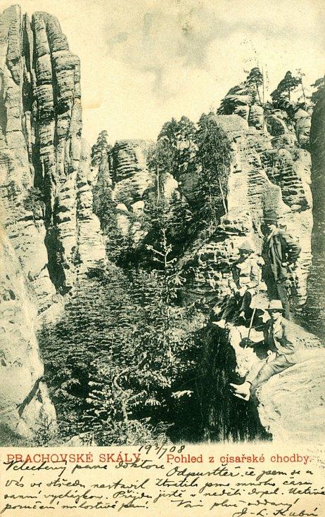 Pohlednice z roku 1908, kdy autor fotografie využil ke snímku prvních horolezců pohledu z Císařské chodby.