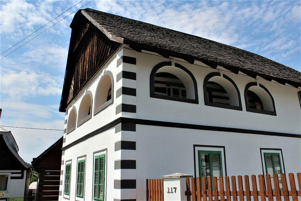 Horynův dům je nejspíš jediný v okolí, který si zachoval takto zdobné arkády.
