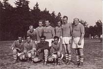 Mužstvo ze šedesátých let. Také tito fotbalisté proslavili SK Podskalan. Příznivci kopané na Podhradí je jistě poznají.