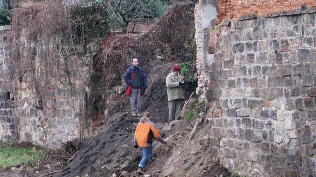 Archeologové pátrají na jičínské Tamlovce.