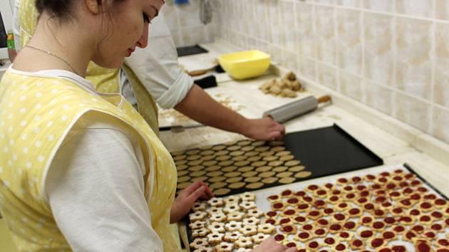 Střední škola gastronomie a služeb v Nové Pace zahájila výrobu vánočního cukroví.