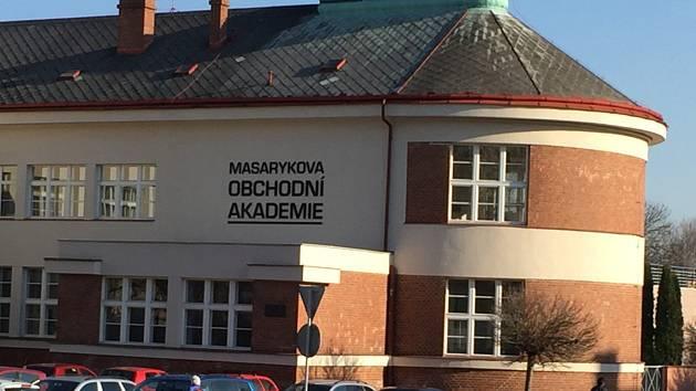 Nový nápis na budově Masarykovy obchodní akademie v Jičíně.
