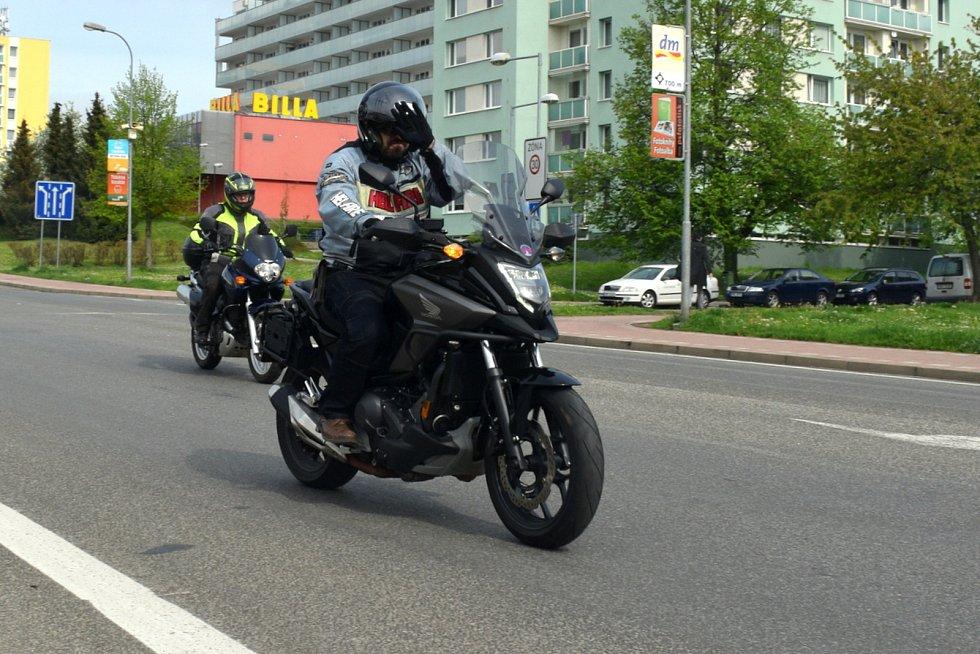 Podle pořadatelů se sešlo osm jezdců a sedm strojů. V dopoledních hodinách vyrazili na sever.
