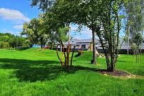Děti v Mateřské škole na Větrově si užívají novou zahradu.