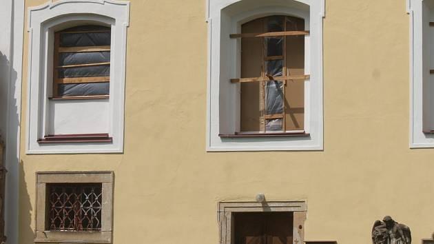 Mlázovický kostel Nejsvětější Trojice se po letitých bojích dočká nových oken.