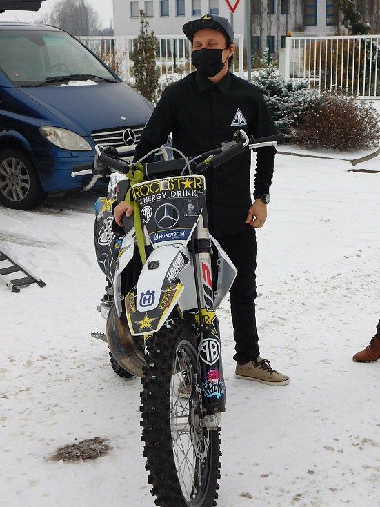 Mistr světa ve freestyle motocrossu Libor Podmol (v černém) míří na Dakar i za podpory rodinné firmy z Jičína.