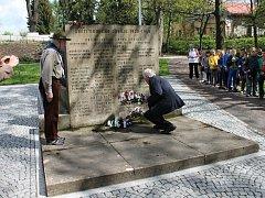 Výročí osvobození si Novopačáci připomněli ve čtvrtek u pomníku padlých I. a II. světové války v Jírových sadech.